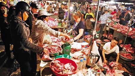 Cảnh mua bán thịt lợn nhếch nhác khó đảm bảo vệ sinh ATTP tại chợ đầu mối phía Nam Hà Nội.