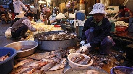 Pha chế cá ở chợ đầu mối phía Nam (ảnh chụp lúc 5 giờ sáng 10/4).