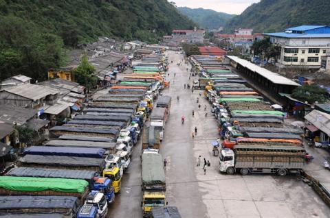 Xe chở dưa hấu xuất sang Trung Quốc xếp hàng tại bãi xe trước cửa khẩu Tân Thanh Lạng Sơn (Ảnh: Nông nghiệp Việt Nam)