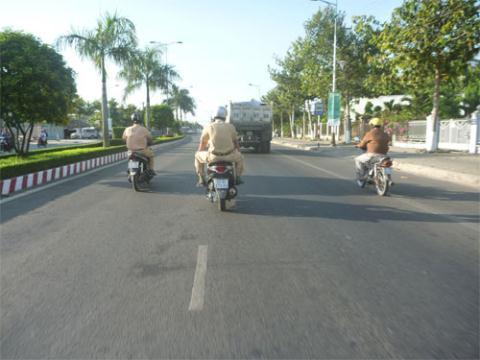 Hai mô tô CSGT chạy dàn hàng ngang trên đường, lại còn chạy vào làn đường dành riêng cho xe 4 bánh.