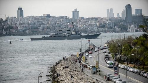 """Theo tờ Sabah của Thổ Nhĩ Kỳ, khoảng 1 tiếng sau khi tàu khu trục tên lửa USS Donald Cook của Hải quân Mỹ vượt qua eo biển Dardanelles phía tây bắc Thổ Nhĩ Kỳ, tàu trinh sát Dupuy de Lome của Pháp cũng lặng lẽ tiến qua eo biển này. Tuy nhiên Sabah cũng cho biết, """"không xác định điểm đến của tàu hải quân Pháp"""". (Trong ảnh: Tàu USS Donald Cook tiến vào Biển Đen)"""
