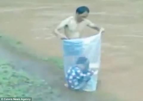 Vượt suối bằng túi nilông. Ảnh: Tuổi trẻ