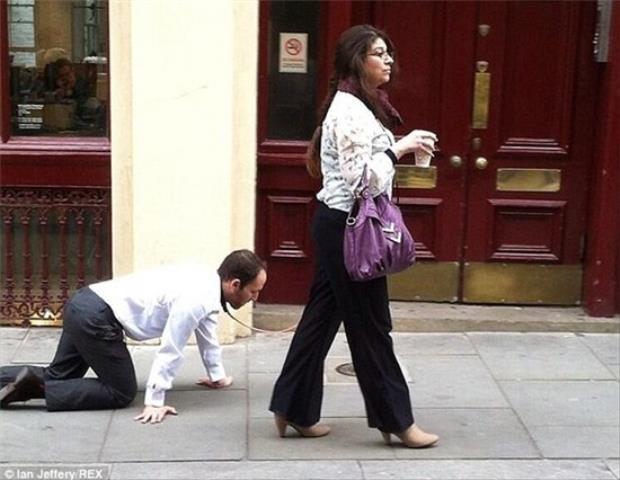 Hình ảnh người phụ nữ dắt 1 nam giới
