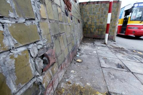 Miếng gốm vỡ vẫn được đắp lại trên mảng vỡ đã được sửa chữa.