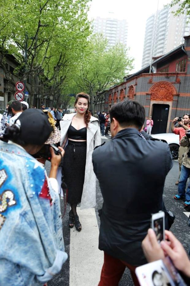 Với phong cách thời trang và thần thái chuyên nghiệm, Hồ Ngọc Hà xuất hiện nổi bật và sang trọng, thu hút rất đông sự quan tâm của truyền thông cũng như khán giả tại Thượng Hải.