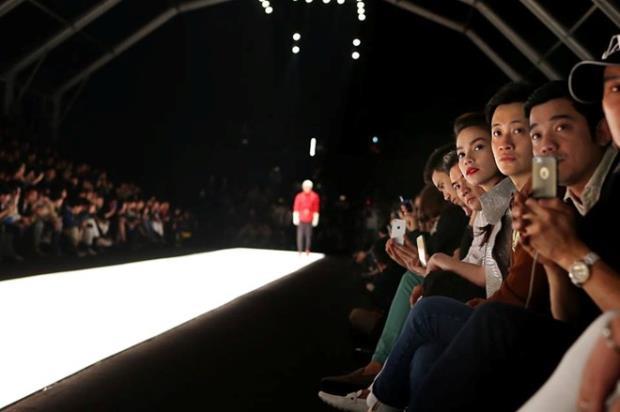 Tham gia cùng nữ ca sĩ trong chuỗi sự kiện trong tuần lễ thời trang còn có người mẫu Xuân Lan với vai trò chỉ đạo catwalk, ca sĩ Đàm Vĩnh Hưng và diễn viên Lương Mạnh Hải.