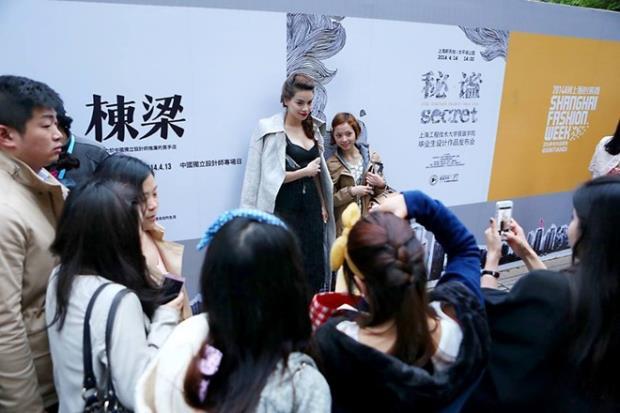 Với phong cách làm việc chuyên nghiệp và nghiêm túc, Hồ Ngọc Hà đã nhận được rất nhiều lời khen ngợi từ bạn bè đồng nghiệp cũng như ban tổ chức của chương trình.