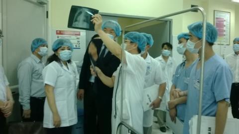Bộ trưởng Kim Tiến theo dõi tình hình tại bệnh viện Nhi TrungƯơng