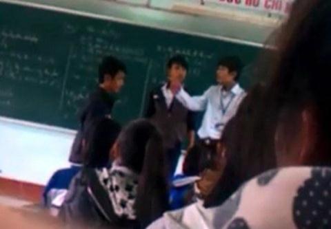 Thầy trò choảng nhau ngay trên bục giảng