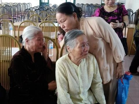 Cụ Thanh (mẹ ông Hải, áo đen) đã khóc khi nhắc đến cái chết oan uổng của con trai mình.