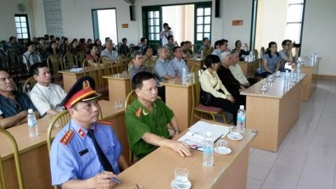 Nhiều người đến tham dự buổi xin lỗi công khai của VKSND.