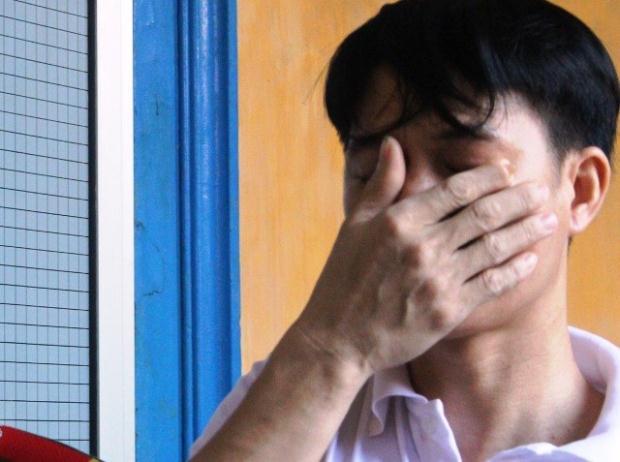 Xấu hổ với hành vi của mình, Tấn liên tục che mặt khi được dẫn giải ra xe.
