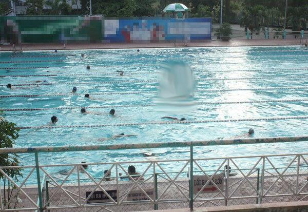 Những người đồng tính dễ dàng nhận ra nhau nơi hồ bơi.
