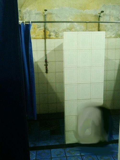 Phòng tắm nam ở hồ Đại Thế Giới không có cửa và được che bằng một tấm rèm mỏng