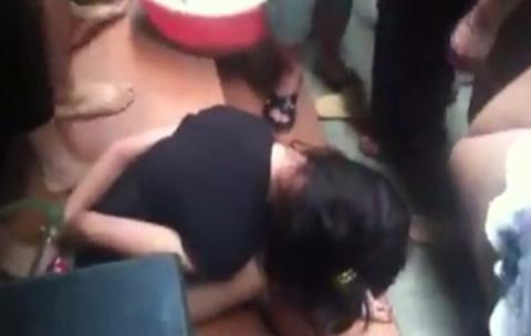 Vì e ngại nên cô gái cứ cúi mặt xuống đất
