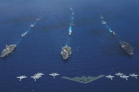 Nhóm tàu sân bay tấn công USS Kitty Hawk, USS Ronald Reagan và USS Abraham Lincoln cùng máy bay ném bom chiến lược B2 và các chiến đấu cơ hộ tống khác từ thủy quân lục chiến, Hải quân và Không quân Mỹ dàn trận trên Thái Bình Dương