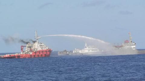 Tàu Trung Quốc dùng vòi rồng tấn công tàu Việt Nam