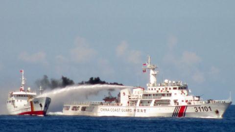 Tàu cảnh sát biển Việt Nam kiên quyết bám biển chủ quyền, xua đuổi tàu Trung Quốc dù bị tấn công bằng vòi rồng.