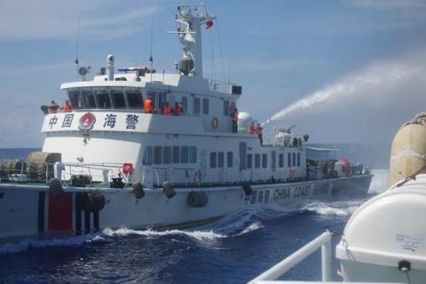 Tàu Trung Quốc áp sát vừa đâm vừa bắn tàu cảnh sát biển của Việt Nam tại khu vực giàn khoan