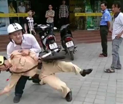 Người vi phạm an toàn giao thông liên tục tấn công viên CSGT