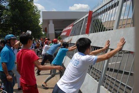 Hàng loạt công nhân phá bỏ các xí nghiệp