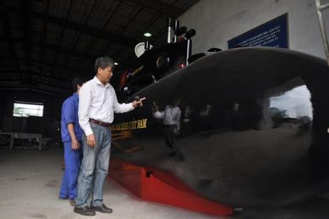 Ông Nguyễn Quốc Hòa bên tàu ngầm Trường sa trong xưởng sản xuất