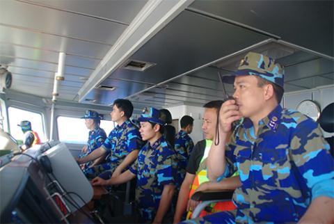 Cán bộ, chiến sĩ tàu CSB 8003 thực thi nhiệm vụ trên biển ngày 15-5. Ảnh: CSB Việt Nam