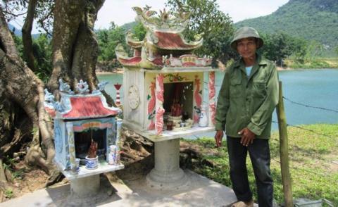 Hai am thờ bên bến đò là nơi xuất hiện của rắn vàng sau 1 năm xây dựng