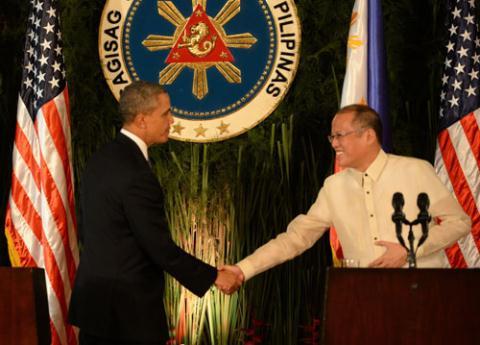 Tổng thống Obama (trái) bắt tay người đồng cấp Philippines Aquino