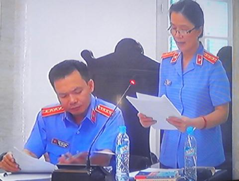 Đại diện VKSND TP.Hà Nội công bố cáo trạng tại tòa.