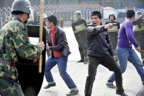 Một số phần tử bạo loạn của người Duy Ngỗ Nhĩ trong vòng vây cảnh sát