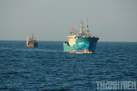 Tàu sắt của Trung Quốc tiến ra khiêu khích tàu cảnh sát biển Việt Nam (Ảnh: báo Thanh Niên)