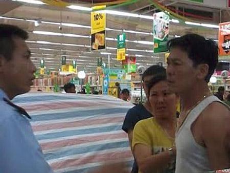 Người nhà chị Quỳnh bức xúc đến xô xát với nhân viên tại Big C Hạ Long tối qua - Ảnh: Dân Việt
