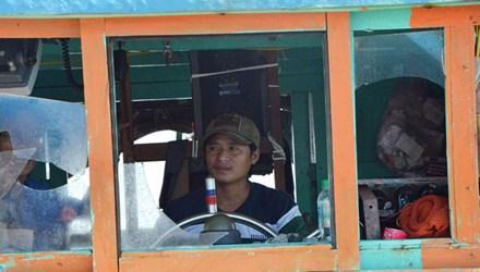 Tàu cá của ngư dân Võ Bá Nha trở về với những cửa kính vỡ toác do Trung Quốc tấn công - Ảnh: Tiền phong