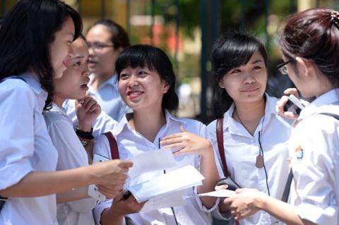Thí sinh nhẹ nhõm sau khi kết thúc môn Văn tại hội đồng THPT Việt Đức. Ảnh Hoàng Hà.