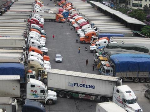 Hàng trăm xe container đang chờ làm thủ tục xuất khẩu hàng sang Trung Quốc tại cửa khẩu Tân Thanh - Ảnh: LĐO