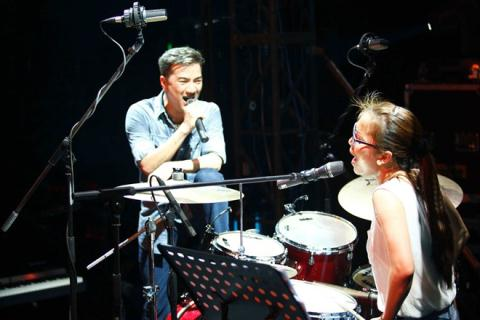 Trong chương trình, Hồng Ngọc và Đàm Vĩnh Hưng song ca 3 bài, trong đó có một màn trình diễn hoàn toàn mới đối với khán giả trong nước.
