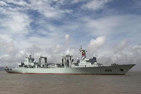 Tàu tiếp tế Fuchi lớp 903A của Trung Quốc đang tiến gần đến khu vực giàn khoan
