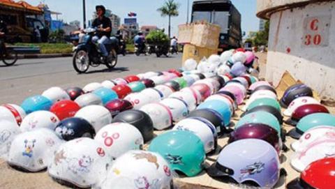 Mũ bảo hiểm được bày bắn khắp vỉa hè
