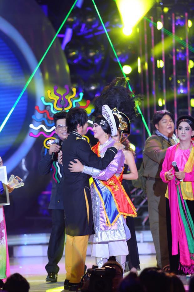Hoài Linh ôm chầm lấy Hoài Lâm để chúc mừng con trai đoạt Quán quân