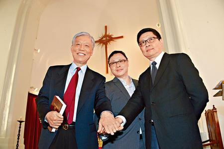 Tiến sĩ Tai (giữa) ông Chu Yiu-ming (trái) và học giả Chan Kin-ming (ảnh: Sing Tao daily)