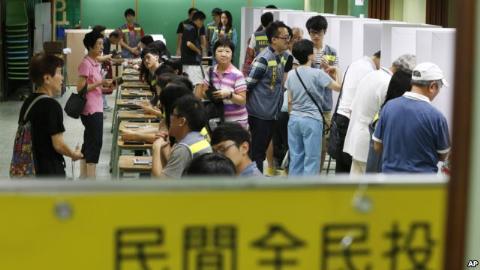 Người dân Hồng Kông tại các điểm bỏ phiếu trực tiếp