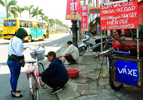 Anh Hùng - sửa xe miễn phí cho học sinh, sinh viên, người nghèo