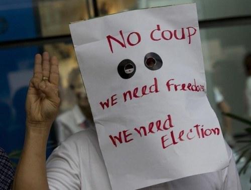 Ba ngón giữa: Tại Thái Lan, chào bằng cách giơ ba ngón tay hiện nay có thể khiến bạn bị bắt vì đây là hành động thể hiện sự phản đối với cuộc đảo chính quân sự ngày 22/5 vừa qua.