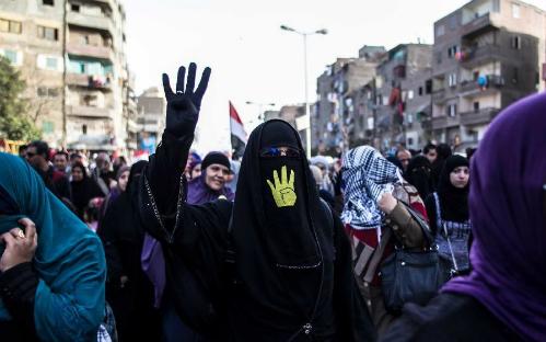 Bốn ngón tay: Tại Ai Cập, việc nắm ngón cái và giơ 4 ngón còn lại (thường màu vàng) đã trở thành một biểu tượng cho sự ủng hộ Tổng thống bị lật đổ Mohammed Morsi và phản đối việc quân đội tiếp quản vào tháng 7/2013.
