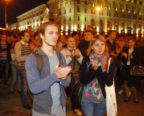 Vỗ tay: Tổng thống Belarus Alexander Lukashenko đã ban hành luật cấm vỗ tay nơi công cộng, sau hàng loạt cuộc biểu tình phản đối chính phủ hồi năm 2011, trong đó những người tham gia im lặng đứng vỗ tay để bày tỏ thái độ. Do đó, nếu không muốn bị lực lượng cảnh sát nước này bắt giữ, bạn không nên tạo ra tiếng động từ hai bàn tay.