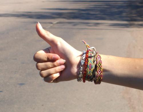 Đưa ngón cái lên: Ở Nga, Mỹ Latinh, Hy Lạp, Trung Đông và một vài nơi ở châu Phi, đưa ngón tay cái lên là hành động khiếm nhã.