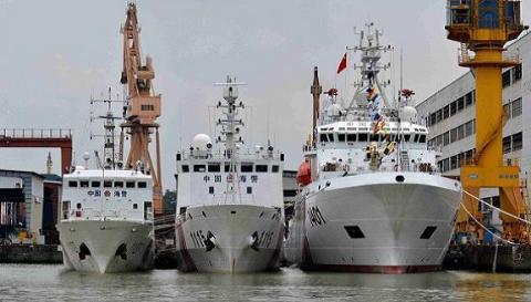 Tàu Hải Cảnh 1401 neo đậu bên 2 tàu Hải cảnh cỡ 1.000 tấn
