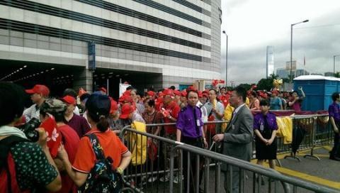 Trong dòng người biểu tình có nhiều người lớn tuổi địa phương và cả những khách du lịch đến từ đại lục