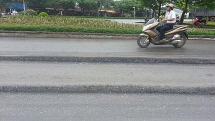 Một đoạn quốc lộ 5 bị lún nghiêm trọng